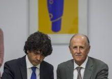Mario Garcés firmando el Libro de Honor junto a Luis Miralles, presidente de Casa Caridad